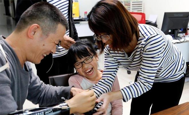 İhtiyaç sahiplerine bedava protez el yapıyor