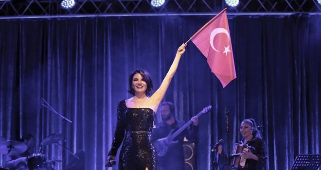 Göksel Bursa'da sahne aldı