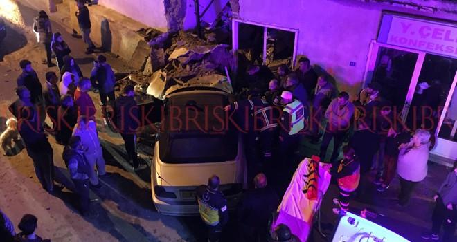 Üzerine duvar yıkılan sürücü ölümden döndü