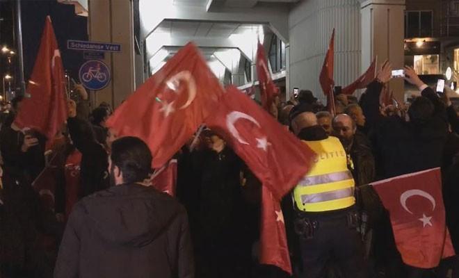 Hollanda polisi Türk göstericilere müdahale etti