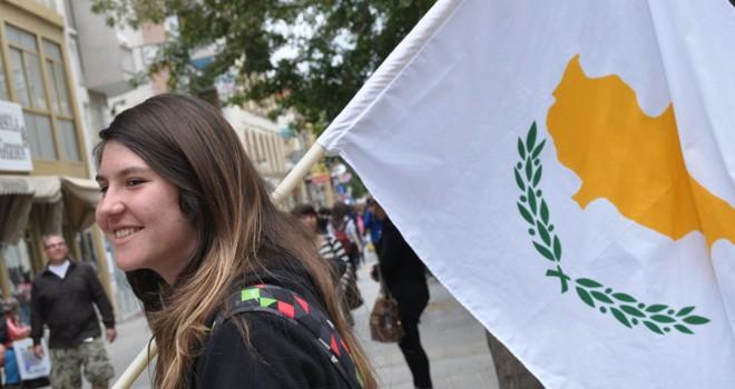 Rum öğrenciler, İstiklal Marşı, Türk Bayrağı ve KKTC  fotoğraflarıyla karşılandı