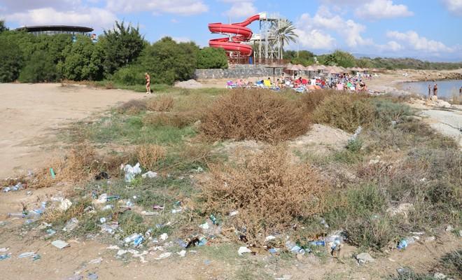 Turistler ve çöpler yan yana!
