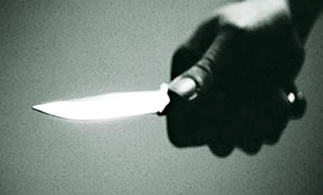 Kendisine bakana bıçakla saldırdı