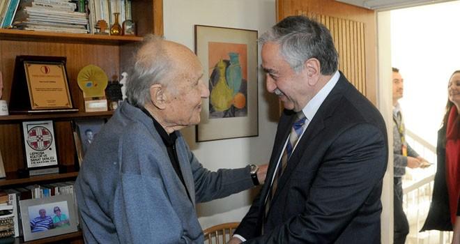 Akıncı, ressam Cevdet Çağdaş'ı evinde ziyaret etti
