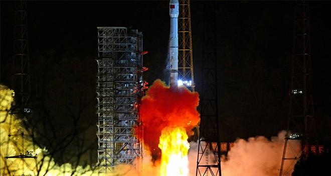 Çin uzay aracı Ay'ın karanlık yüzüne başarıyla iniş yaptı