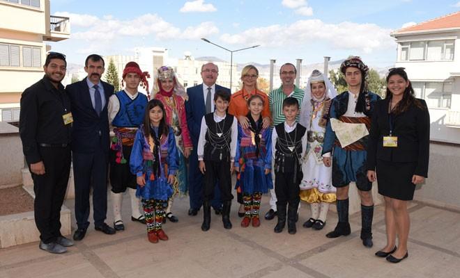 Folklörcülerden Gençlik Dairesi'ne ziyaret