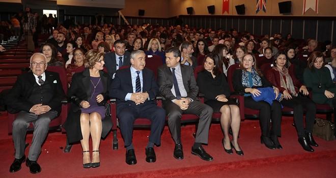 """Kadıköy Halk Tiyatrosu """"mor """" adlı oyunu Girne'de sahneledi"""