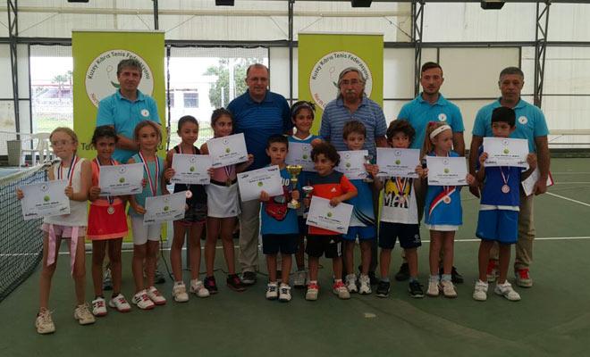 Tenis'te 8 yaş teşvik turnuvası tamamlandı
