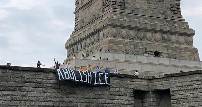 ABD'nin sığınmacı politikasını protesto için Özgürlük Anıtı'na tırmandı