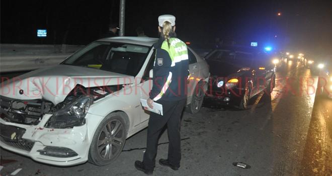 2 otomobil çarpıştı, 8 araç hasar gördü