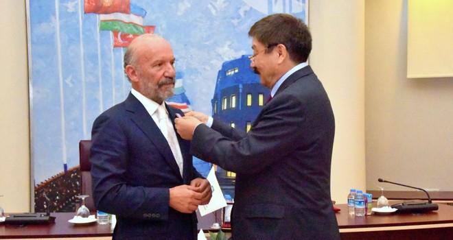YDÜ Kurucu Rektörü Günsel'e Türk Cumhuriyetleri Bağımsızlık Madalyası