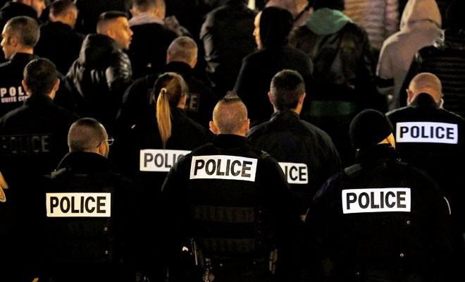 Fransız polisler çalışma koşullarını protesto etti