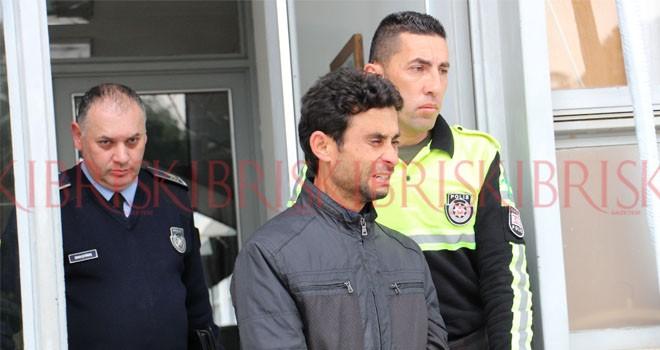 Polis, TIR'ın arka ışıklarının  yanıp yanmadığını araştırıyor