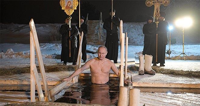 Putin, Epifani bayramında buz gibi suya girdi