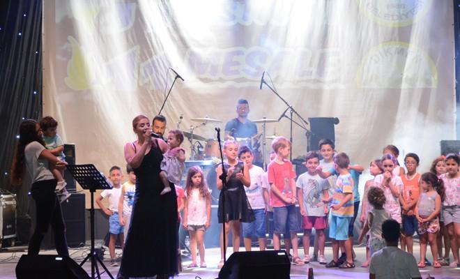 Halk şarkılara eşlik etti