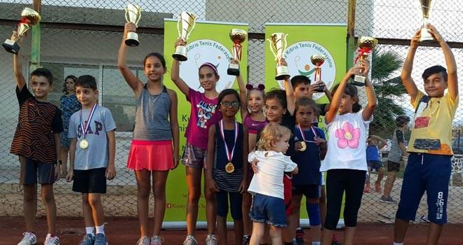 Çocuk tenisçiler kupalarını aldı