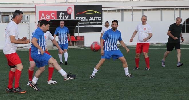 Milletvekilleri ile basın mensupları futbol maçı yaptı