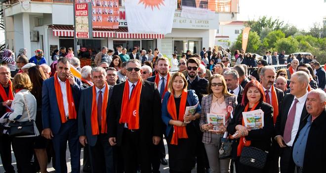 Esnafla görüşen adaylar UBP'nin seçim manifestosu anlattı