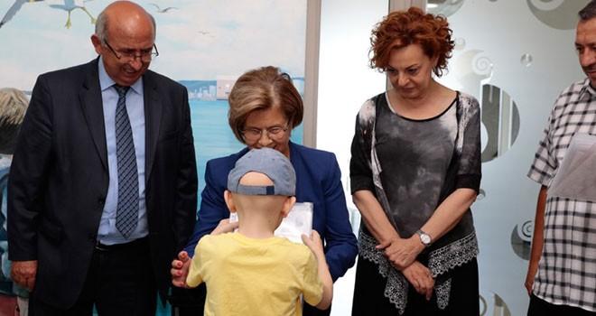 Meral Akıncı, Onkoloji Hastanesi'ndeki çocuklara karnelerini dağıttı