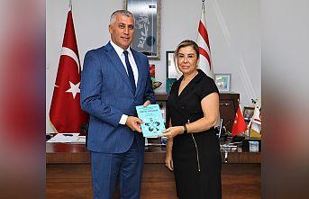 Doç. Dr. Oya Ertuğruloğlu, Milli Eğitim Bakanı Amcaoğlu'na kitabını takdim etti