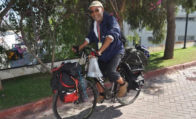Bisikletiyle Akdeniz'i geziyor