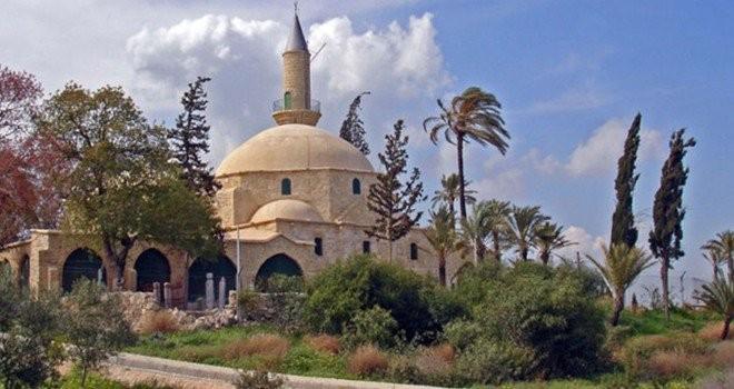 Hala Sultan Tekkesi'nde mezar üzerindeki çarşaf çalındı