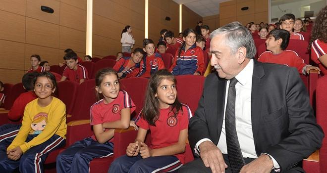 Cumhurbaşkanı Akıncı, öğrencilerle tiyatro oyunu izledi