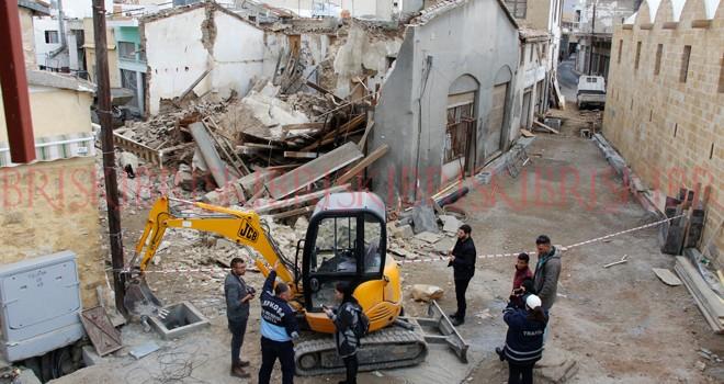 Rafların kımıldatılmasıyla bina çöktü