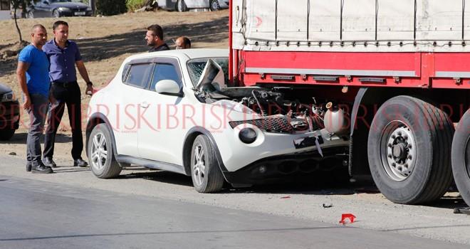 Kamyonun sıkıştırdığı araba, TIR'a çarptı