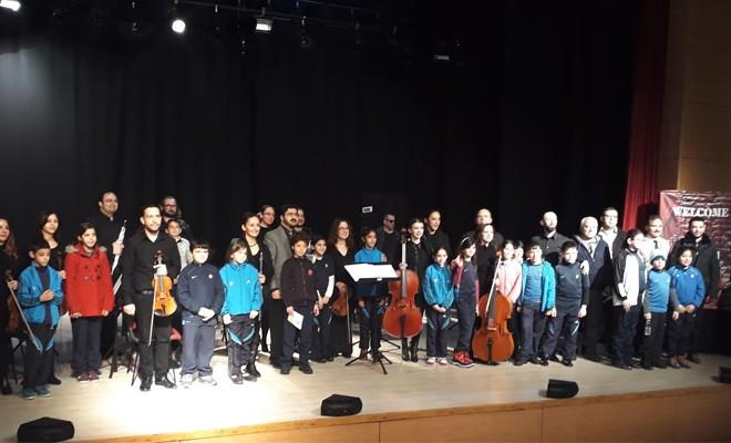 Öğrencilere hem konser veriliyor hem de müzik aletleri tanıtılıyor
