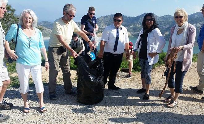 Çöpleri turistler topladı