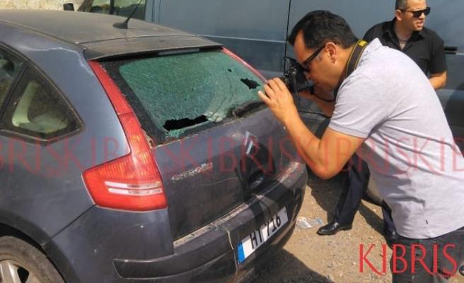 Aracın arka camını kırdılar
