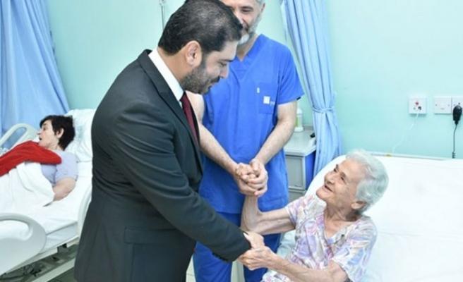 Savaşan yaşlı hasta ve sağlık turistlerini ziyaret ederek bayramlaştı