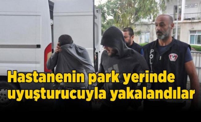 Hastanenin park yerinde uyuşturucuyla yakalandılar