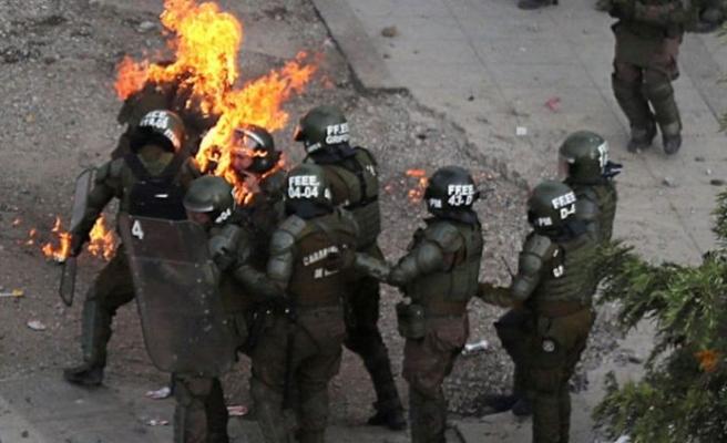 Göstericiler polisi cayır cayır yaktı
