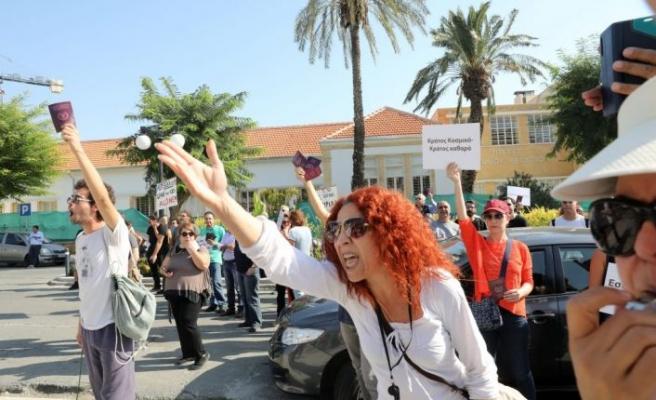 Hrisostomos'a protesto yağdı! Pasaportlarla geldiler