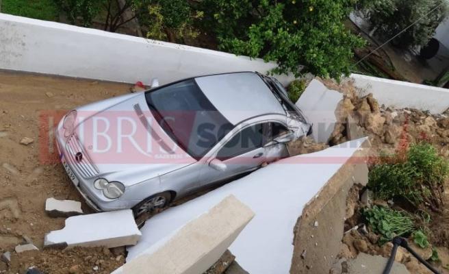 İki araç çöken duvardan zarar gördü...