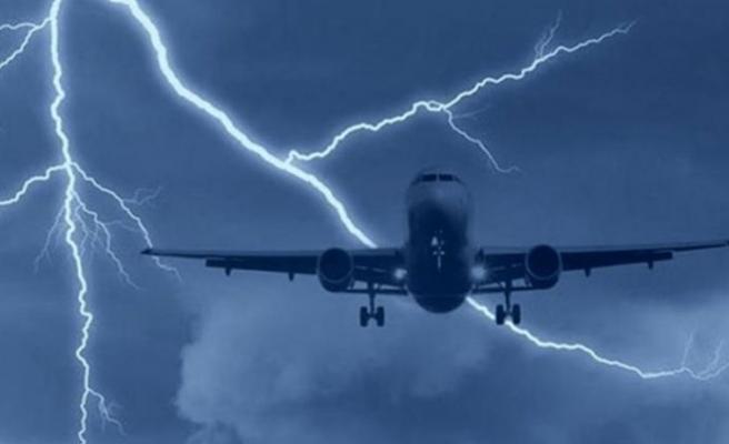 Baf uçağına yıldırım çarptı