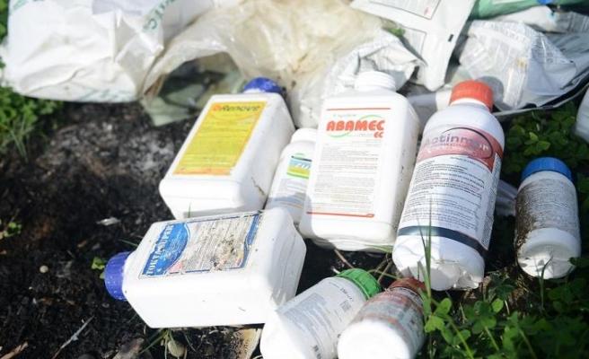 Zirai ilaç kutuları da çevreye atılıyor