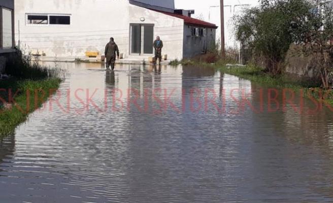Sivil Savunma ekibi, su baskınlarını önledi