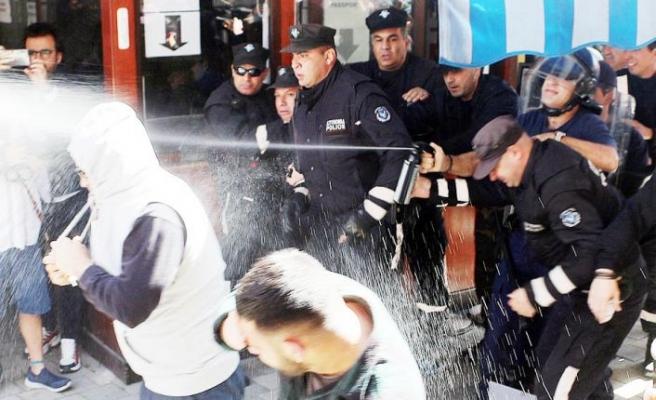 Rum polisi, biber gazıyla karşılık verdi