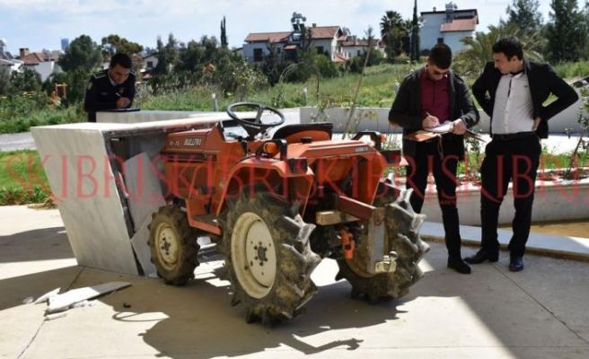 Traktörle Denktaş'ın mezarını kırdılar