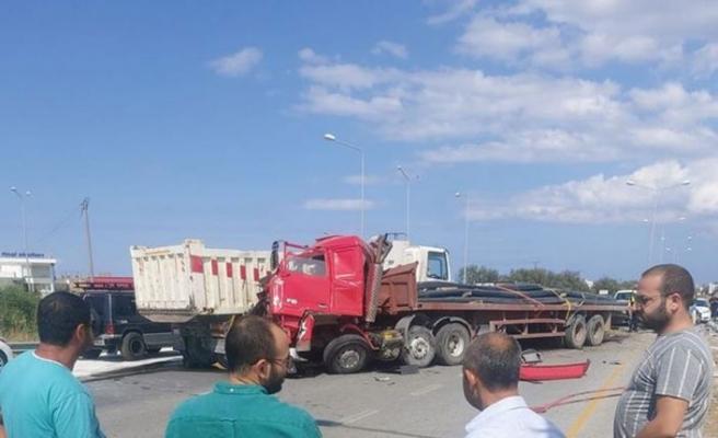 Güvercinlik kavşağındaki iki Tır bir kamyon ve bir salon aracın karıştığı kazada 4 kişi yaralandı
