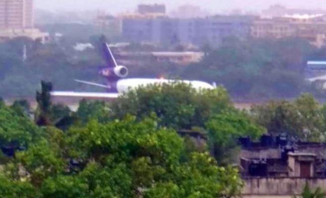 Hindistan'da kargo uçağı pistten çıktı