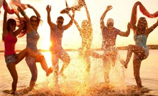 Plaj partisinde koronavirüs kaptılar