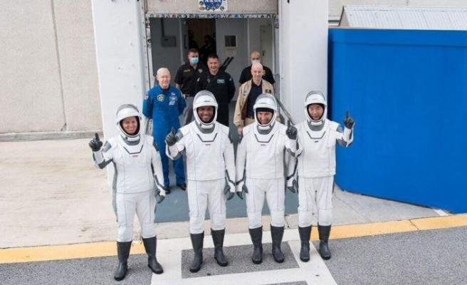 NASA, 4 astronotu taşıyan uzay aracını fırlattı
