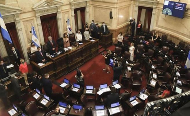 Arjantin Senatosu kürtaja izin veren yasayı onayladı
