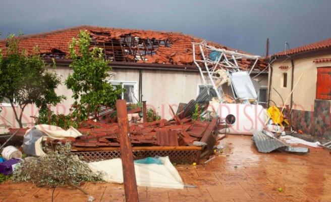 Hortum araçları devirdi,  evlerin çatısını uçurdu