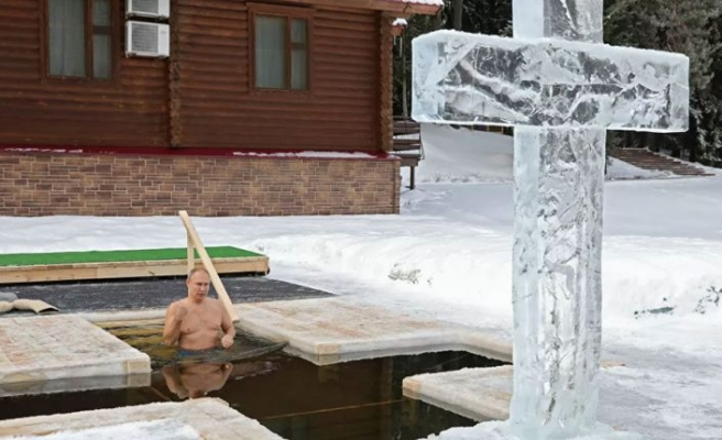 Putin, buzlu suya girdi