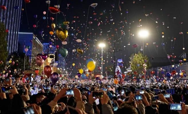 Wuhan'da binlerce kişi yeni yılı kutlamak için meydanlarda toplandı
